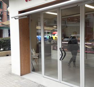 Las puertas de entrada de tiendas y comercios pueden ser de aluminio y cristal