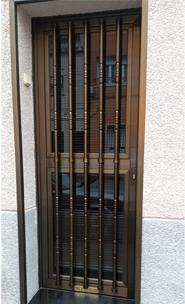 Puerta entrada de aluminio con reja ornamental